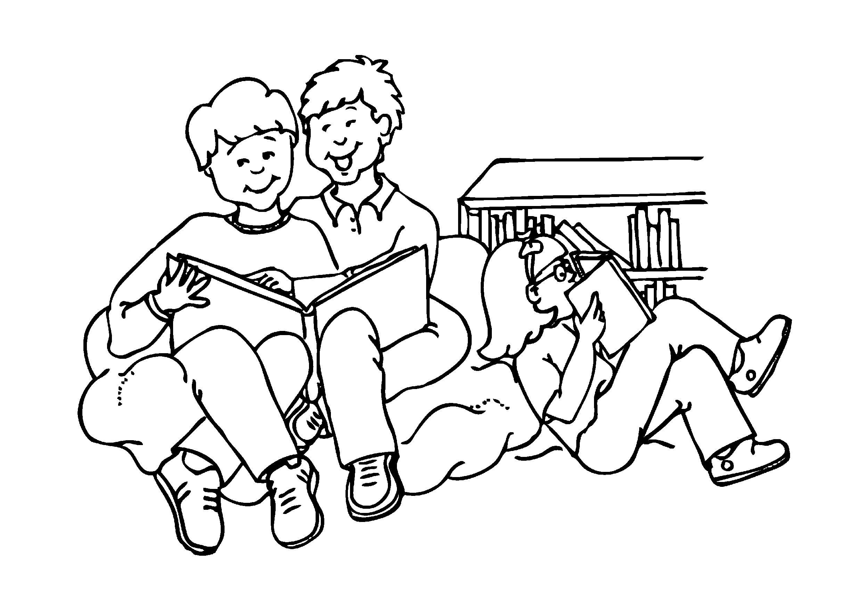 Familia na sala fazendo leitura de livros